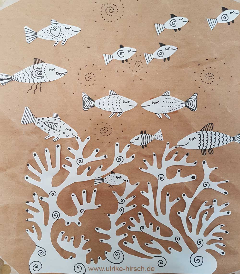 Fische und Scherenschnittkoralle auf Packpapier